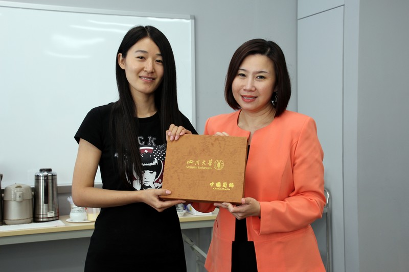 Professor Tso exchanged souvenirs with Ms Han and student representative
