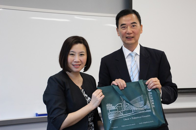 Professor Tso (left) presented souvenirs to Mr Kwan (right)
