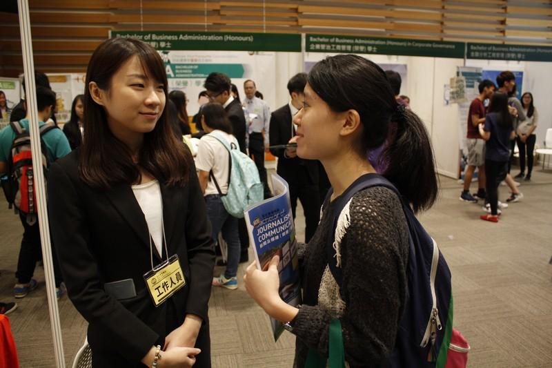 傳播學院學生解答學生及家長的查詢