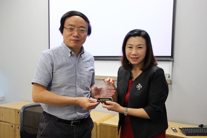 Dean Scarlet Tso presented souvenirs to Dr Li