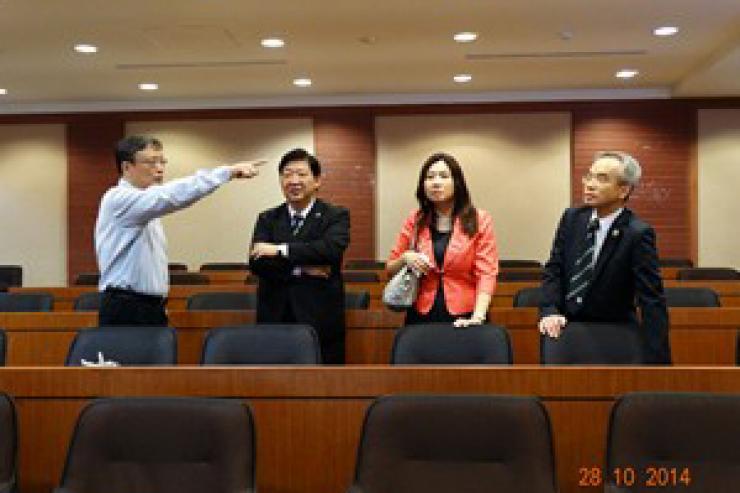 何校長參觀世新大學會議廳