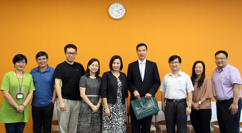 Group photo of Mr Kwan and professors from the School of Communication