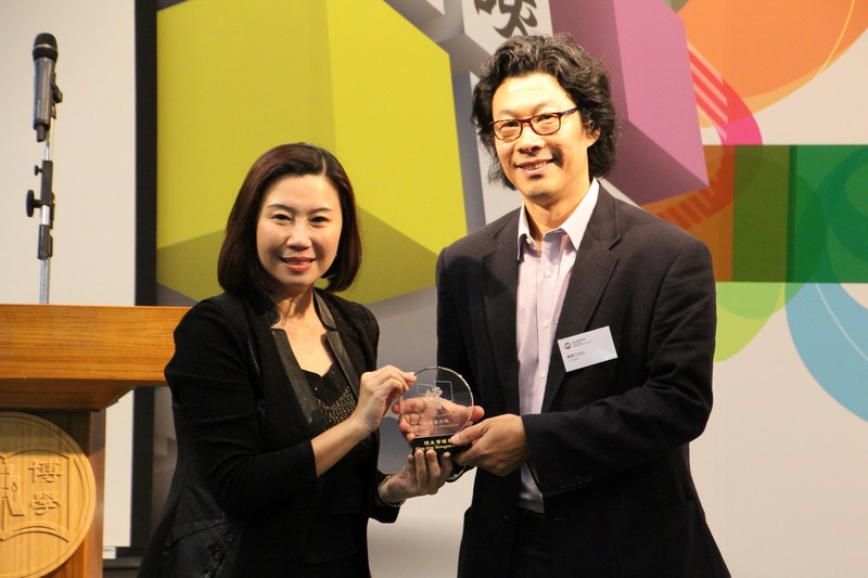 Professor Tso (left) presented a souvenir to Mr Han (right)