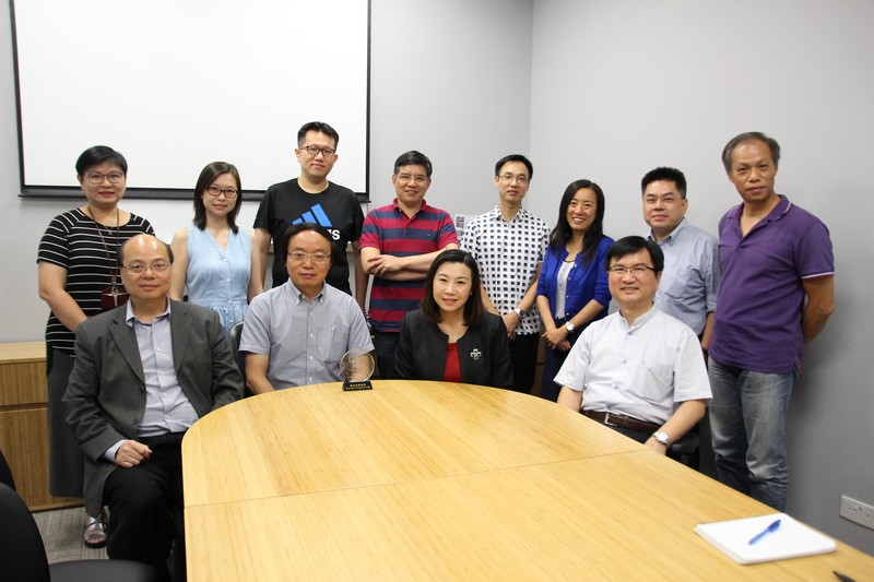 Group photo of Dr Li and professors of the School of Communication