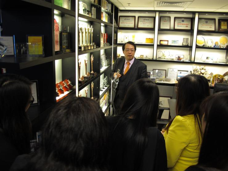 Mr. Richard Tsang talked with professors and students after the visit