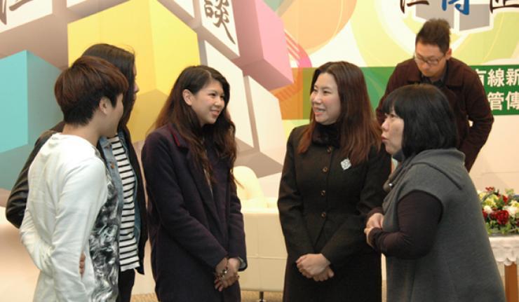 蔡敏女士、曹院長與新傳系同學交流