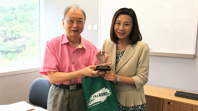 Dean Scarlet Tso presented souvenirs to Professor Huang-Fu
