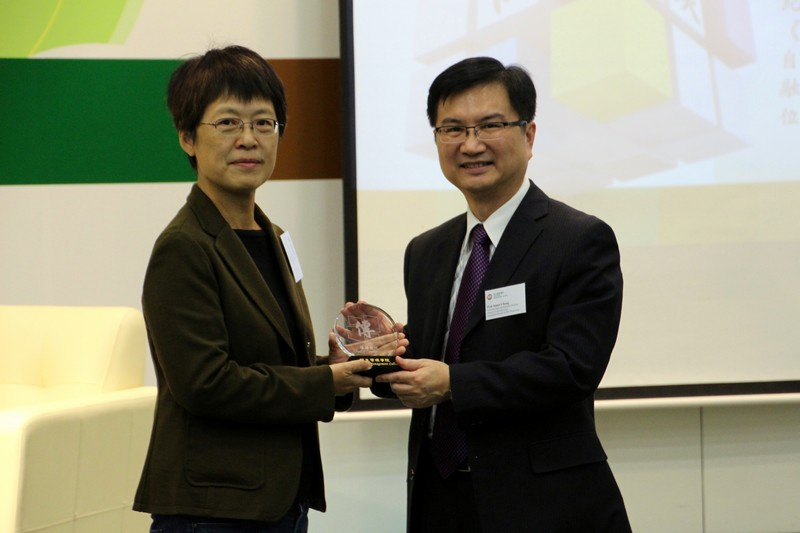 Mr James Chang (right) presented a souvenir to Director Tammy Cheung (left)