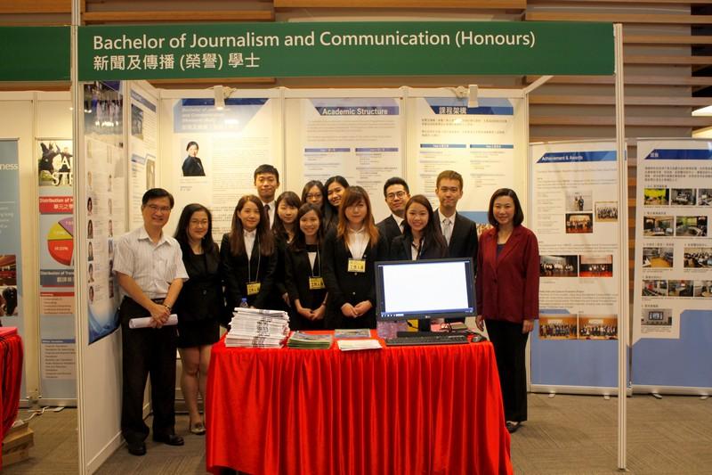 傳播學院曹虹院長及副院長張志宇先生與傳播學院課程諮詢站的學生代表合照