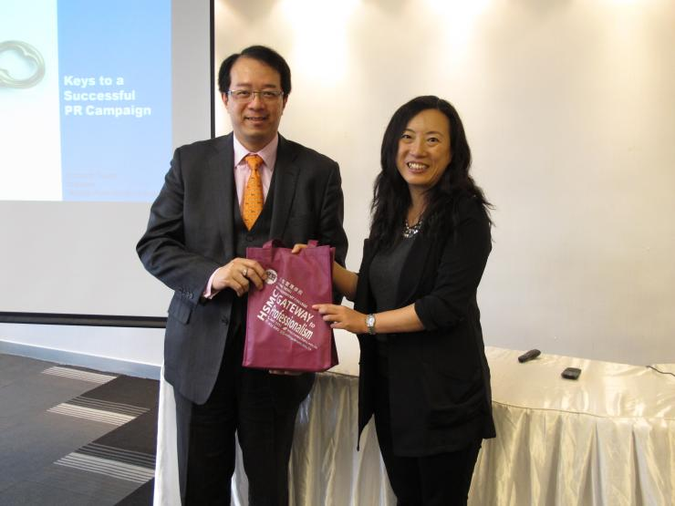 Prof. Meily Cheung (Right) presented a souvenir to Mr. Richard Tsang (Right)