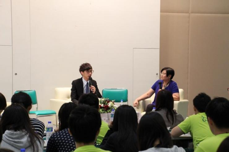Chit-chat session by Ms Glacial Cheng (Right), Chiu Tsz Pan (Left), Chairperson of Student Association of Journalism & Communication (SAJC)