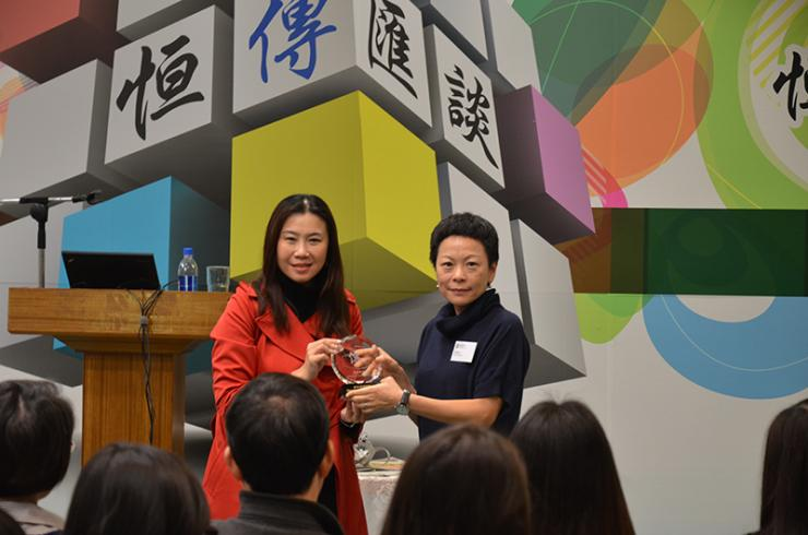 Prof Tso (left) presented a souvenir to Ms Yam (right)