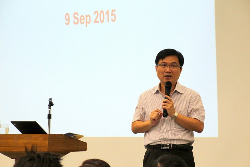 Mr James Chang shared the experience of job hunting to students