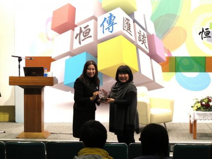 Prof. Tso (Left) presented a souvenir to Ms. Choi (Right)