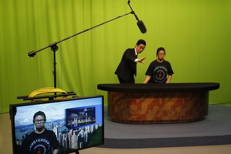 傳播學院學生協助介紹BJC電視錄影廠的設備