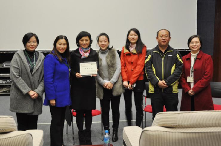 Prof. Tso presented a sovenior to representatives from Shenzhen Media Group