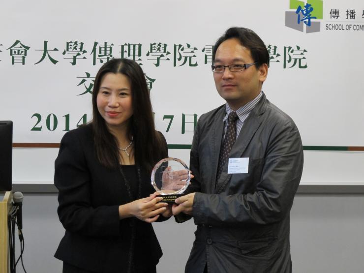 Prof Scarlet Tso (left) presented a souvenir to Dr Sobel Chan (right)