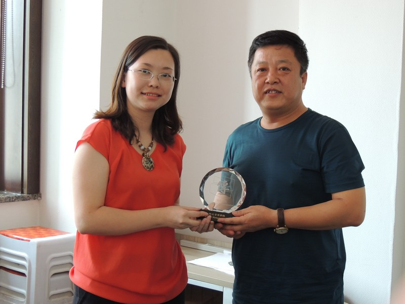 BJC teachers and students visited Pingyiu Travel Company and presented souvenirs to the representatives