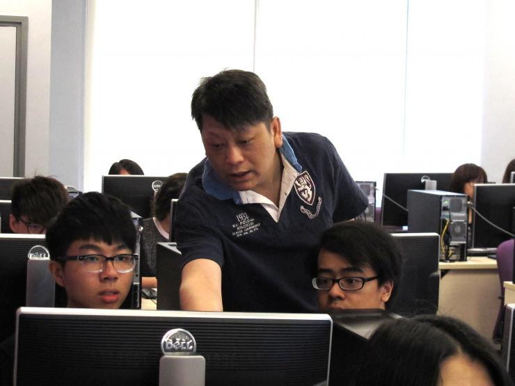 資深新聞平面設計從業員林偉棠先生細心指導同學