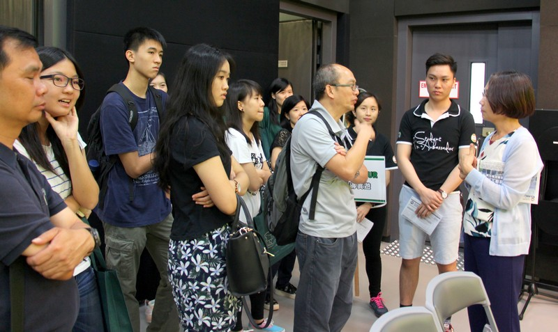 Ms Sharon Chen, Senior Lecturer of the Department of Journalism and Communication, conducted a demo lecture and answered visitors' enquires