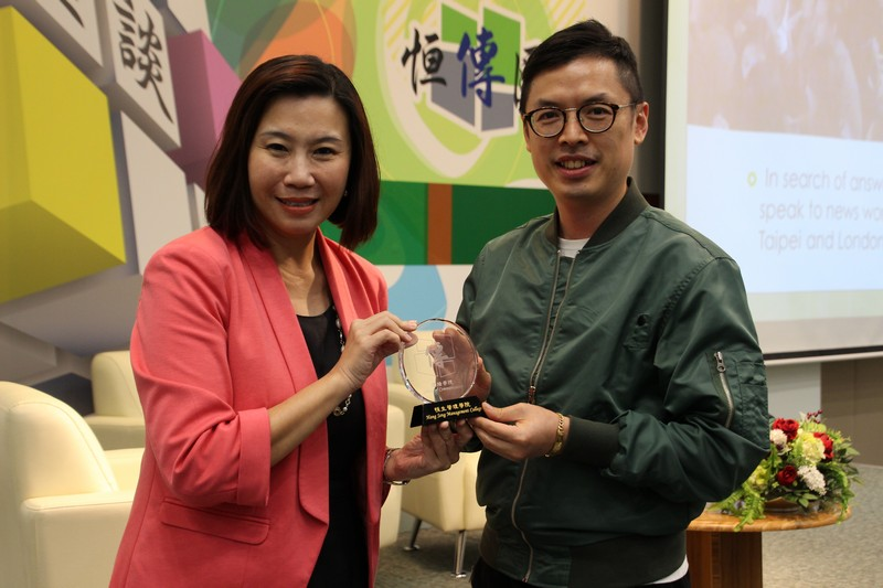 Dean Scarlet Tso presented souvenirs to Dr Kaman Lee and Mr Earnest Li