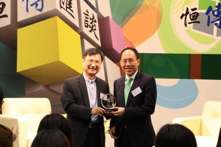 李主席與新傳系系主任張志宇先生互相頒贈紀念品