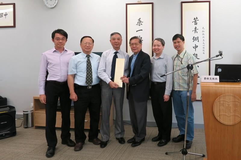 人文社會科學學院院長陸潤棠教授致送紀念品給曹錦炎教授