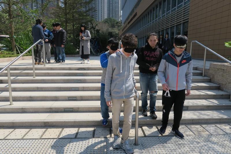 同學蒙著眼走過校園