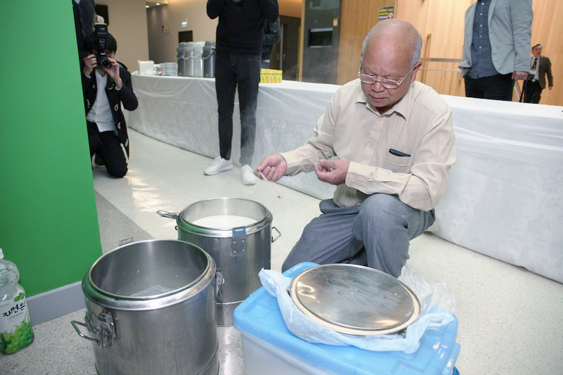 "Mr Wong Tsz Kwong made traditional ""Shan Shui Dou Fu Hua"""