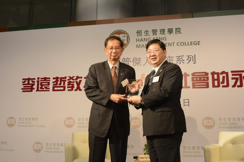 Professor Simon Ho presented a souvenir to Professor Lee