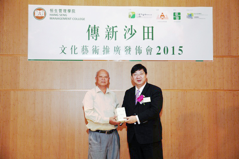 President Simon Ho presented souvenir to Mr Wong Tsz Kwong