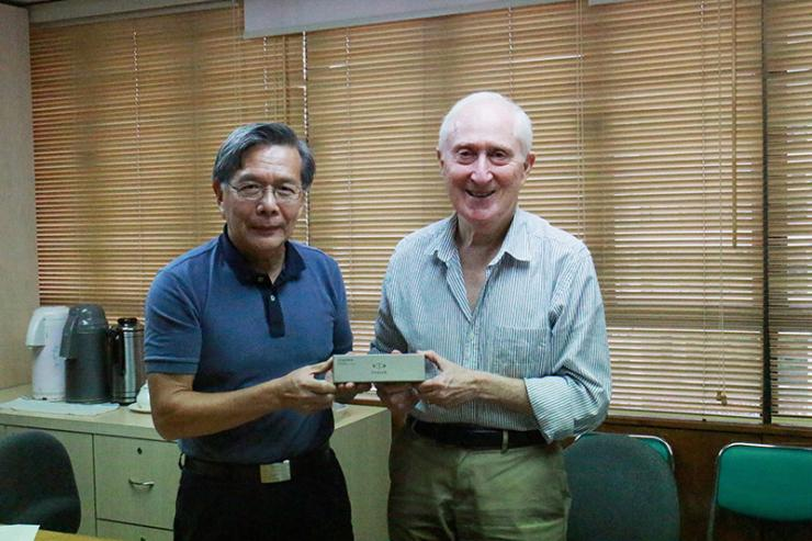 As a token of appreciation, Prof Thomas Luk, Dean of School of Humanities and Social Science and Head of Department of English, presented a souvenir to Prof David Parker