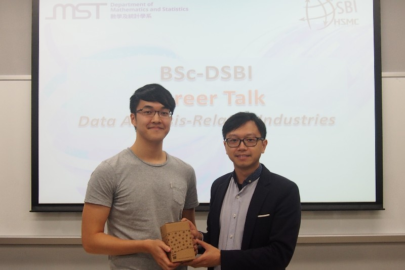 Guest speakers received souvenirs from Dr Jacky Leung