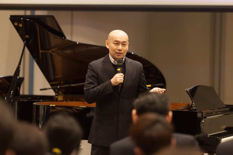 Dr Karl Lo introducing music masterpieces to the audience