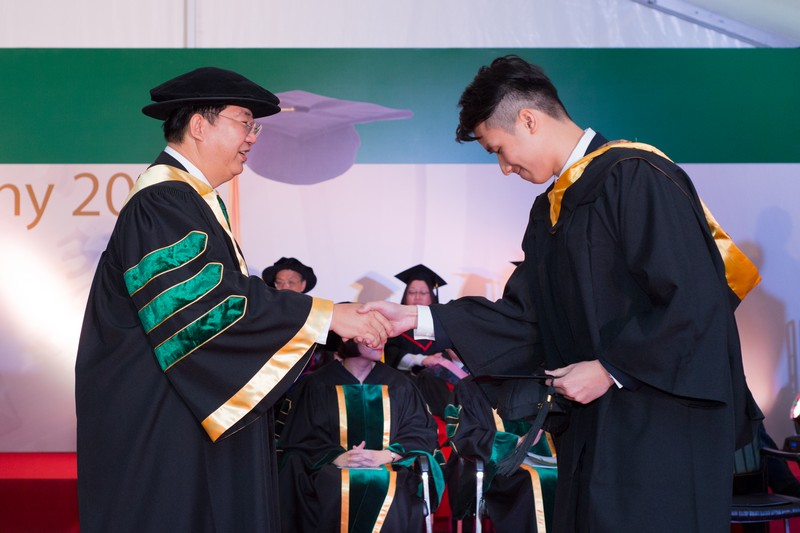 President Ho shook hands to congratulate graduates