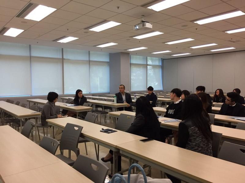學生們向馬衡先生請教如何成為一位出色的企業家