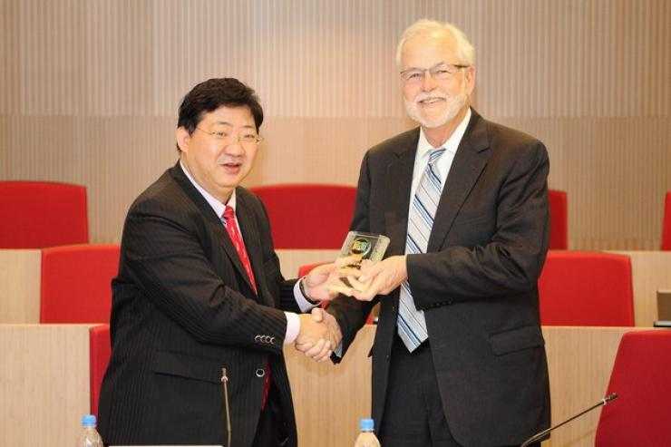 Prof Simon Ho presented a souvenir to Dr Lex McMillan III (right)