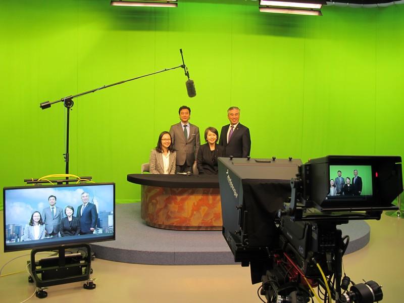 訪客參觀了圖書館(左圖)及BJC電視錄影廠等校園設施(右圖)