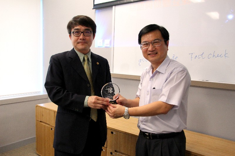 Associate Dean James Chang presented a souvenir to Dr Lin