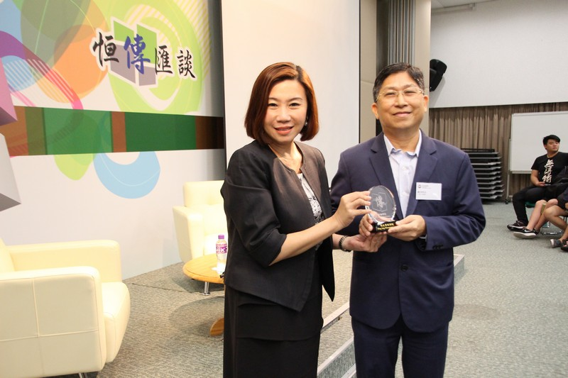 Dean Scarlet Tso presented a souvenir to Mr Chong