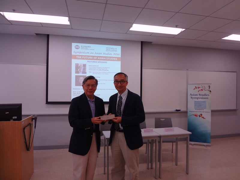 Dean Thomas Luk, School of Humanities and Social Science, presented souvenirs to Professor Ngo Tak-Wing (left) and Professor Lui Tai Lok (right)