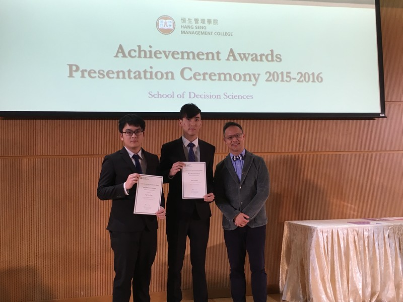 Prof Tang Man-lai presented the Best Progress Award to students of Department of Mathematics and Statistics