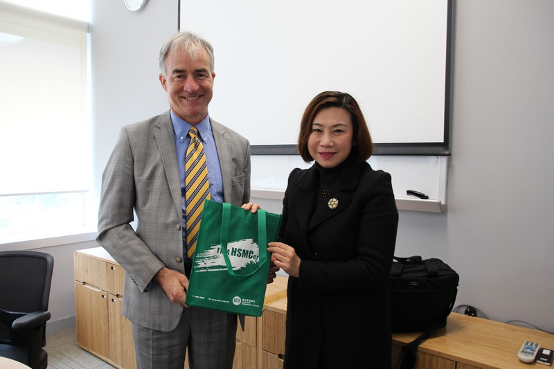 Dean Scarlet Tso presented souvenirs to Professor Peter Hutchings