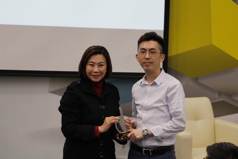 Dean Scarlet Tso presented a souvenir to Mr Chow