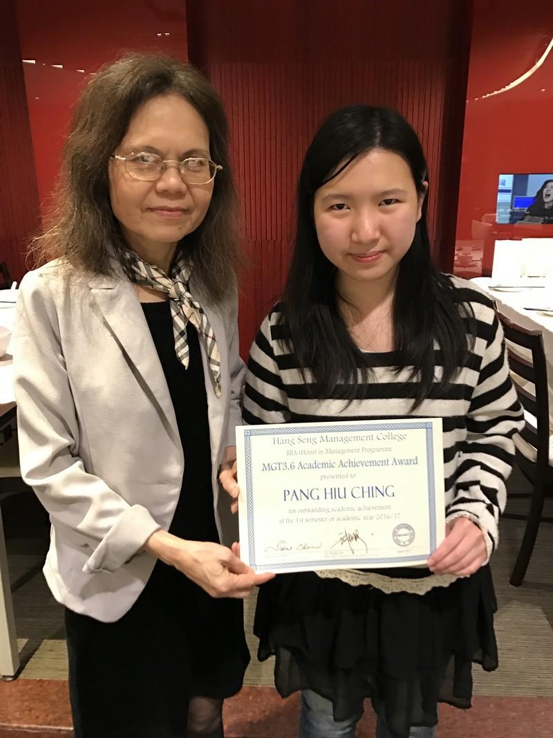 一年級學生彭曉晴獲周教授頒發獎狀。