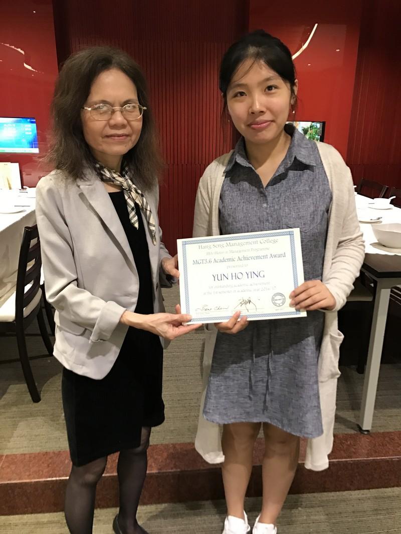 周教授恭喜二年級學生甄可盈獲得優異成績。
