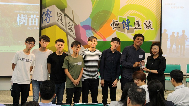 Dean Scarlet Tso presented souvenirs to Mr Eddie Ho (2nd from right) and members of Boyz Reborn.