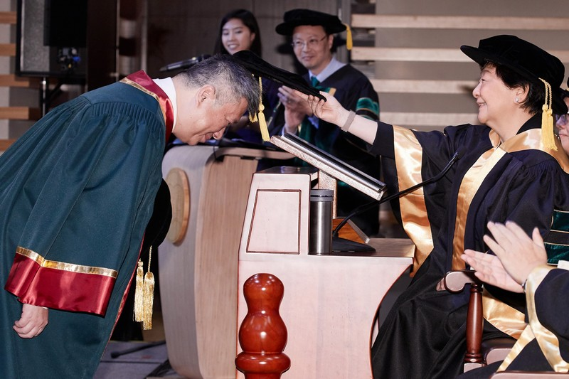 Board Chairman Ms Rose Lee conferring the Honorary Fellowship on Mr Kenneth Leung
