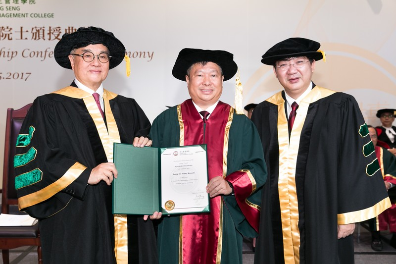 Council Chairman Dr Moses Cheng and President Simon Ho presenting the Honorary Fellowship certificate to Mr Kenneth Leung