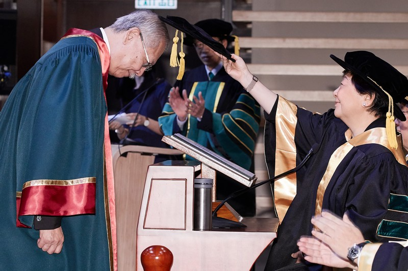 Board Chairman Ms Rose Lee conferring the Honorary Fellowship on Dr Michael Suen